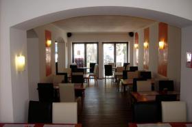 Cafe Bistro in Ebersberg bei München zu Vermieten sehr gt. Lage sgt. gelegenheit für Existenzgründer aus persönlichen Gründen abzugeben. Das Bistro ist voll augestattet mit grosser Theke 15 Tische und 55 Stühle  und 12 Barhocker. Gegen Ablösse.