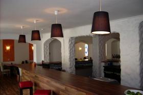 Foto 3 Cafe Bistro in Ebersberg bei München zu Vermieten sehr gt. Lage sgt. gelegenheit für Existenzgründer aus persönlichen Gründen abzugeben. Das Bistro ist voll augestattet mit grosser Theke 15 Tische und 55 Stühle  und 12 Barhocker. Gegen Ablösse.