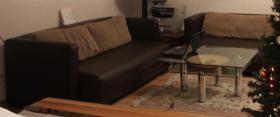 Couch (2 Stück) und einen Designerglasstisch