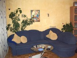 Couch und Glastisch