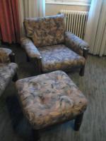 Foto 2 Couch und Sessel + Hocker + Tisch ?