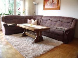 Couch/Sofa und Wohnzimmertisch