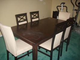 Foto 4 Couch, Esstisch mit Stühlen und Brautkleid