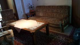 Couch; Sessel und Wohnzimmertisch