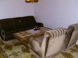 Couchgarnitur aus 3-Sitzer mit zwei Sofasessel und massivem Couchtisch