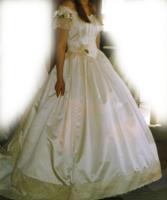Cremige Brautkleid mit kleiner Schleppe