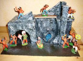 DDR Indianerfiguren + Grotte/Höhle ( Nachbau )