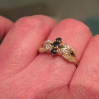 Foto 2 Damenring Gold 585 Gold 3 kleine Saphire und Diamantsplitter