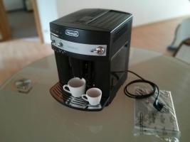 Foto 2 DeLonghi ESAM3000.B Magnifica Kaffee-Vollautomat (1.8 l, 15 bar, Dampfdüse)