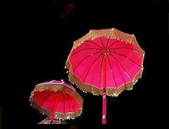 Foto 2 Die vergoldeten Ornamente für Elefanten und handgemachte bunte dekorative Schirme aus Indien.