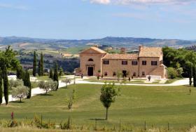 Dieses exquisite Anwesen liegt auf einem großen und ruhigen privaten Landgut in Italien