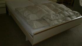 Foto 2 Doppelbett mit Nachtschr�nken