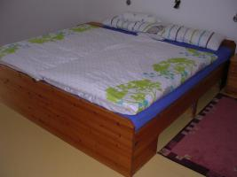 Doppelbett für Naturholzliebhaber/in