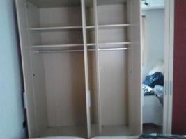Foto 3 Doppelbett und Schlafzimmerschrank