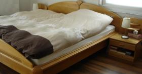 Doppelbett incl. Matrazen Lattenroste und Nachtkonsolen