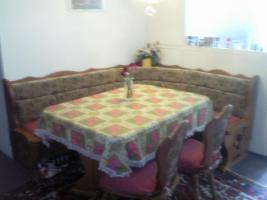 Eckbank mit Tisch und Stühle, Tische, Schränke, Doppelbett