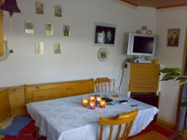 Eckbank mit Tisch und drei Stühlen