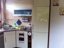 Eckeinbauküche cremefarbene Front und kirschfarbenen Corups