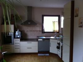 Foto 2 Eckeinbauküche cremefarbene Front und kirschfarbenen Corups