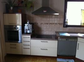 Foto 3 Eckeinbauküche cremefarbene Front und kirschfarbenen Corups