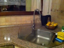 Foto 4 Eckeinbauküche cremefarbene Front und kirschfarbenen Corups