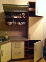 Foto 5 Eckeinbauküche cremefarbene Front und kirschfarbenen Corups