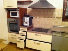 Foto 6 Eckeinbauküche cremefarbene Front und kirschfarbenen Corups