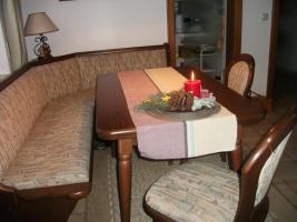 Ecksitzbank mit Tisch und 2 Stühlen