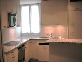 Edle, neuere L-Küche mit Bar