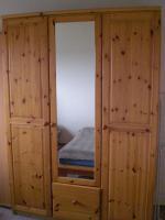 Ein Bett und ein Kleiderschrank günstig abzugeben