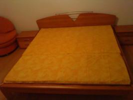 Ein Doppeltbett mit 2 Nachtk�stchen