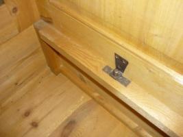 Foto 6 Ein alter Schrank (antik ?) massiv Holz. 2-Türig