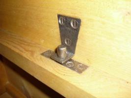 Foto 7 Ein alter Schrank (antik ?) massiv Holz. 2-Türig