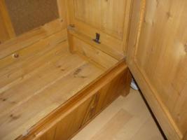 Foto 10 Ein alter Schrank (antik ?) massiv Holz. 2-Türig