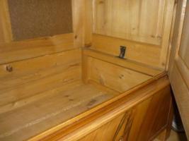 Foto 11 Ein alter Schrank (antik ?) massiv Holz. 2-Türig