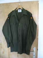 Ein neuwertiges , unbenutztes  Bundeswehr Oberhemd - Feldhemd oliv  langarm aus deutscher Produktion ( Wahler ) .