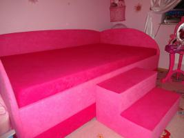 Ein wunderschönes Bett in Pink.
