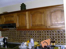 Einbauküche / Küchenzeile aus Echtholz Eiche mit Siemens-Dunstabzugshaube und Einbaukühlschrank