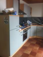 Einbauküche / Küchenzeile mit Kühl-Gefrier-Kombi, Herd, Ofen, Spülmaschine und (Hänge-)Schränken