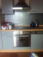 Foto 3 Einbauküche / Küchenzeile mit Kühl-Gefrier-Kombi, Herd, Ofen, Spülmaschine und (Hänge-)Schränken