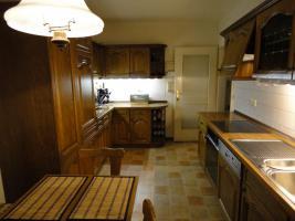 Foto 2 Einbauküche & Sitzgruppe mit Echtholzfront in guten und gepflegten Zustand