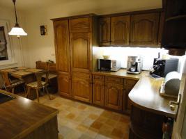 Foto 3 Einbauküche & Sitzgruppe mit Echtholzfront in guten und gepflegten Zustand