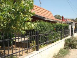 Einfaches Holzhaus nahe der Ortschaft Traganas/Griechenland