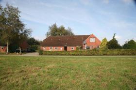 Einfamilienhäuser Erwerbsart: zu verkaufen Grundstückgröße: ca. 4.800 m² Angaben zum Grundstück: ruhige ländliche Sackgassenlage  26529 Osteel Preis: 119.000 €