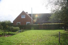 Foto 3 Einfamilienhäuser Erwerbsart: zu verkaufen Grundstückgröße: ca. 4.800 m² Angaben zum Grundstück: ruhige ländliche Sackgassenlage  26529 Osteel Preis: 119.000 €