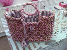 Einkaufstasche geflochten, lila m. Reißverschluss um 10€.