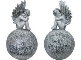 Engel auf einer Kugel mit Inschrift