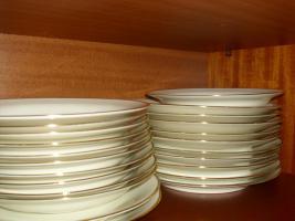 Foto 2 Ess-Service 12 teilig, Weiße Teller mit Goldrand, Komplett und Unbeschädigt