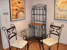 Essplatz: 2 Stühle, Tisch und Regal
