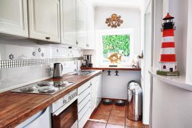Küche mit Geschirrspülmaschine, großzügig ausgestattet